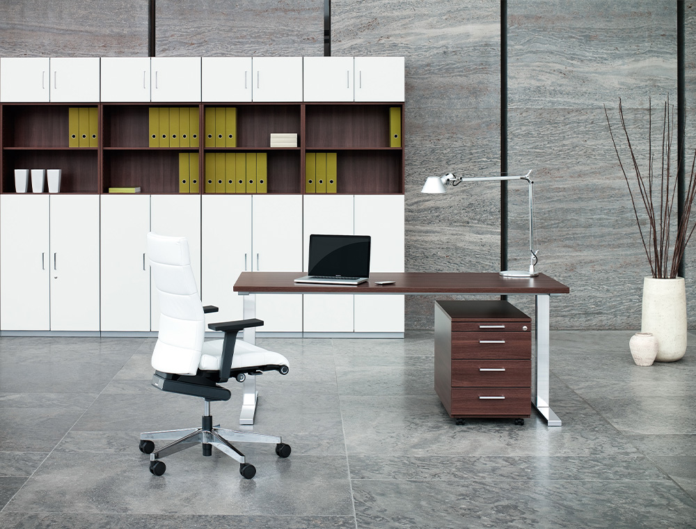 The signal-white and very stylish high CHAMP desk chair in a modern office.
