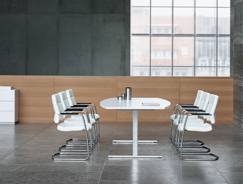 The low CHAMP visitor and conference chair. The white cantilever model catches everybody's eye thanks to the chromed metal parts and the armrest covers in black leather. In a modern environment, the six low CHAMP visitor and conference chairs form a distinct unit.